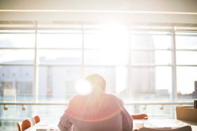 De ce ne este greu să ne concentrăm asupra muncii în perioada prânzului