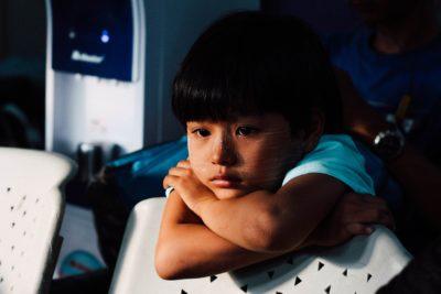 7 moduri prin care îți jignești copilul fără să-ți dai seama