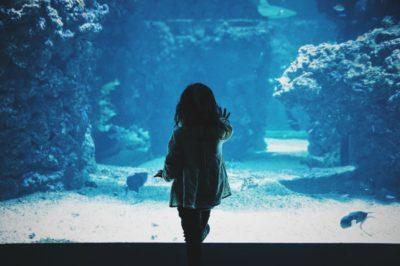7 obiceiuri ale unui adult căruia i-a lipsit dragostea părinţilor în copilărie