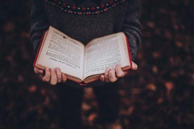 Chiar mai avem nevoie să citim cărți în aceste vremuri?