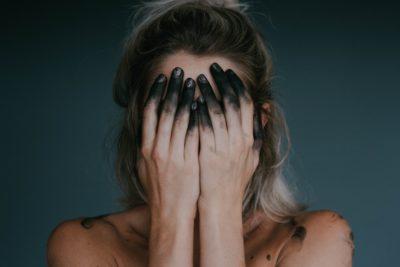 7 obiceiuri ale persoanelor care suferă de depresie ascunsă