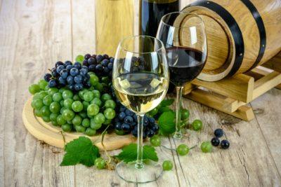 Dacă vrei să trăiești mai mult de 90 de ani vinul te va ajuta nu mai puțin decât sportul – oamenii de știință confirmă acest lucru
