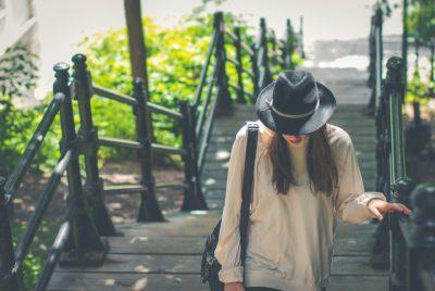 Viața nu-i ia pe oameni de lângă tine, ci îi ia la o distanță sigură pe cei de care nu mai ai nevoie.