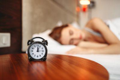 La ce oră trebuie să mergi la culcare ca să te trezești înviorat? Acest tabel este o adevărată comoară